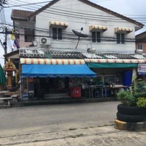 タイの住宅地、昔風の駄菓子屋(雑貨屋)とコンビニの共存、どちらに軍配、何が美味しいかな。