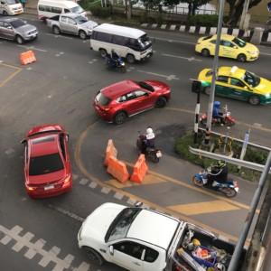 日本人は横断歩道を過信しすぎる?タイの人の道路の渡り方。自動車優先の渡り方を学べばより安全?。