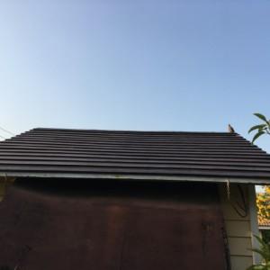 タイで、物置の屋根トソーに挑戦。苦戦の末に完成。屋根も生き返った。